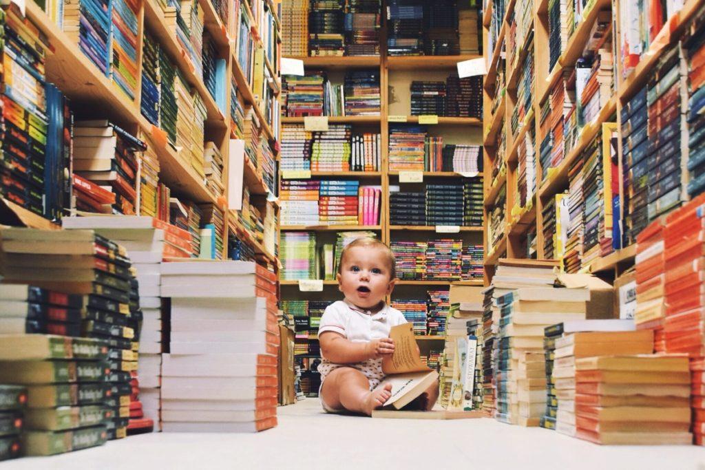 本に囲まれる赤ちゃん